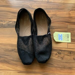 Toms women classic black lace slip on flats 12